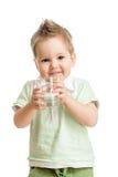 Śmieszna dzieciak woda pitna od szkła Fotografia Stock