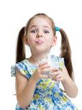 Śmieszna dziecko dziewczyna pije jogurt lub kefir Fotografia Royalty Free