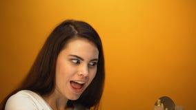 Śmieszna dziewczyna bawić się z francuskimi dłoniakami, zadowolonymi z tanim ilości jedzeniem, żartuje zbiory