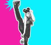 Śmieszna dziewczyna reprezentuje małej myszy lub kota Kobieta z jaskrawą makeup fryzurą nocy myszy smokingowymi ucho ma zabawę i Fotografia Royalty Free