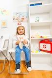 Śmieszna dziewczyna ubierał jako dentysta przy medycznym pokojem Zdjęcie Royalty Free