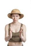 Śmieszna dziewczyna w tropikalnym hełmie trzyma palmy naprzeciw ja zdjęcia stock
