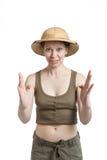 Śmieszna dziewczyna w tropikalnym hełmie trzyma palmy naprzeciw ja zdjęcie royalty free
