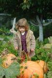 Śmieszna dziewczyna z baniami w ogródzie zdjęcia stock