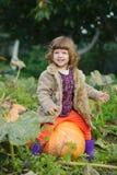 Śmieszna dziewczyna z baniami w ogródzie zdjęcie stock