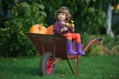 Śmieszna dziewczyna z baniami w ogródzie obrazy royalty free