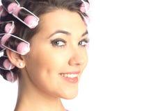 Śmieszna dziewczyna z włosianymi curlers na ona kierownicza Obraz Royalty Free