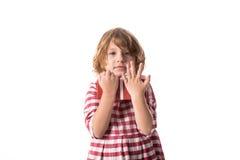 Śmieszna dziewczynka w czerwonej szkockiej kraty sukni z prezentem, pojęcie Wartościowościowy Obraz Stock