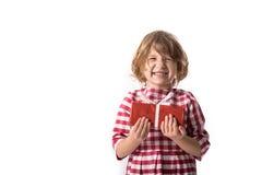 Śmieszna dziewczynka w czerwonej szkockiej kraty sukni z prezentem, pojęcie Wartościowościowy Zdjęcia Royalty Free