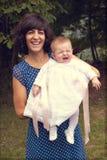Śmieszna dziewczynka z jej ciocią fotografia stock