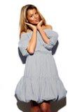 Śmieszna elegancka wzorcowa dziewczyna w przypadkowym nowożytnym modnisia płótnie Zdjęcie Royalty Free