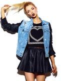 Śmieszna elegancka wzorcowa dziewczyna w przypadkowym nowożytnym modnisia płótnie Zdjęcia Royalty Free