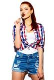 Śmieszna elegancka wzorcowa dziewczyna w przypadkowym nowożytnym modnisia płótnie Fotografia Stock