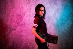 Śmieszna głupka gamer dziewczyna pozuje z hazard klawiaturą, bawić się gry komputerowe zdjęcia stock