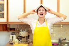 Śmieszna gospodyni domowa z książką kucharska na głowie Zdjęcia Royalty Free
