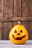 Śmieszna Halloweenowa bania na drewnianym tle obrazy royalty free
