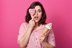 Śmieszna imponująca piękna kobiety pozycja odizolowywająca nad różowym tłem w studiu, otwarciu i usta z szokiem, jej oko szeroko, zdjęcia stock