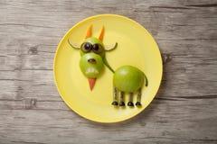 Śmieszna kózka robić jabłko i pomarańcze zdjęcia royalty free