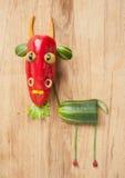 Śmieszna kózka robić warzywa na drewnianym tle zdjęcia stock