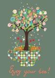 Śmieszna karta z herbacianą filiżanką i kwiatami na drzewie Zdjęcie Royalty Free