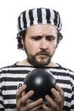 Śmieszna mężczyzna więźnia przestępca z łańcuszkową piłką i kajdankami w stu Obraz Stock