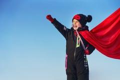 Śmieszna mała dziewczynka bawić się władza super bohatera zdjęcie stock
