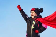 Śmieszna mała dziewczynka bawić się władza super bohatera obrazy royalty free