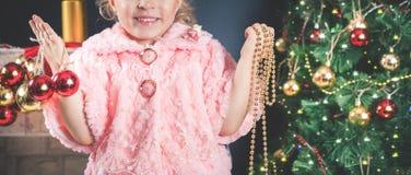 Śmieszna mała dziewczynka dekoruje choinki Zdjęcie Royalty Free
