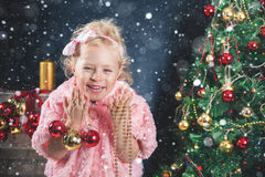 Śmieszna mała dziewczynka dekoruje choinki Obraz Royalty Free