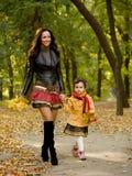 Śmieszna mała dziewczynka i matka Zdjęcie Stock