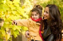 Śmieszna mała dziewczynka i matka Zdjęcia Royalty Free