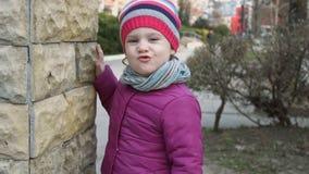 Śmieszna mała dziewczynka 3-4 rok robi grymasowi plenerowy zbiory wideo