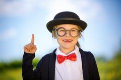 Śmieszna mała dziewczynka w szkłach, łęku krawacie i dęciaka kapeluszu, Zdjęcia Royalty Free