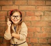 Śmieszna mała dziewczynka z szkłami obraz royalty free