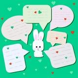 Śmieszna mała zając z dużymi oczami Zdziwiony królik z gadki chmurą z mówjącymi bąblami lub Mały królik na nowym tle ilustracja wektor