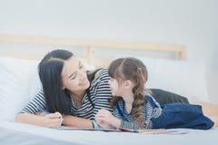 Śmieszna mama i uroczy dziecko ma zabawę wpólnie Fotografia projekt dla Zdjęcie Stock