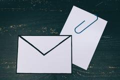 Śmieszna metafora inbox z emailem i doczepianie klamerka na realnym biurku odkrywamy zdjęcia royalty free