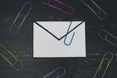 Śmieszna metafora inbox z emailem i doczepianie klamerka na realnym biurku odkrywamy fotografia stock