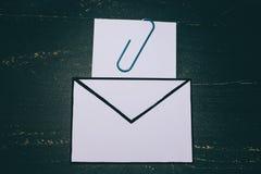 Śmieszna metafora inbox z emailem i doczepianie klamerka na realnym biurku odkrywamy obraz royalty free
