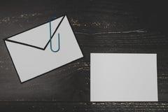 Śmieszna metafora inbox z emailem i doczepianie klamerka na realnym biurku odkrywamy obraz stock