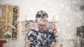 Śmieszna nastolatek chłopiec rzuca drewnianego trociny w powietrze w ciesielka warsztacie zdjęcie wideo