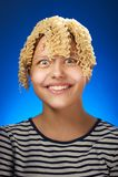 Śmieszna nastoletnia dziewczyna z makaronu zamiast włosy Zdjęcia Royalty Free