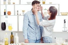 Śmieszna para w miłości kulinarnym cieście i mieć zabawa z mąką w kuchni Zdjęcie Stock