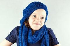 Śmieszna piękna dziewczyna w trykotowych beretów wzruszeniach ramion Zdjęcia Stock