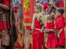 Śmieszna postawa few dzieci ubierał w żołnierza batalistycznym kostiumu fotografia stock