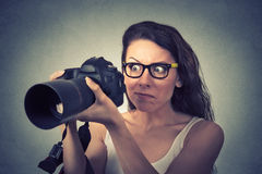 Śmieszna przyglądająca młoda kobieta z cyfrową kamerą obrazy royalty free