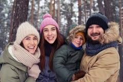 Śmieszna rodzina 4 członka uśmiechniętego i śmia się podczas zimy Zdjęcie Stock