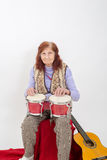 Śmieszna starsza dama bawić się bongo Zdjęcia Royalty Free