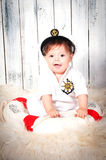 Śmieszna uśmiechnięta chłopiec ubierał jako denny kapitan w morskiej nakrętce Fotografia Royalty Free