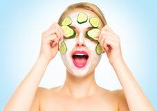 Śmieszna zdrój kobieta stosuje świeżą twarzową maskę Fotografia Stock